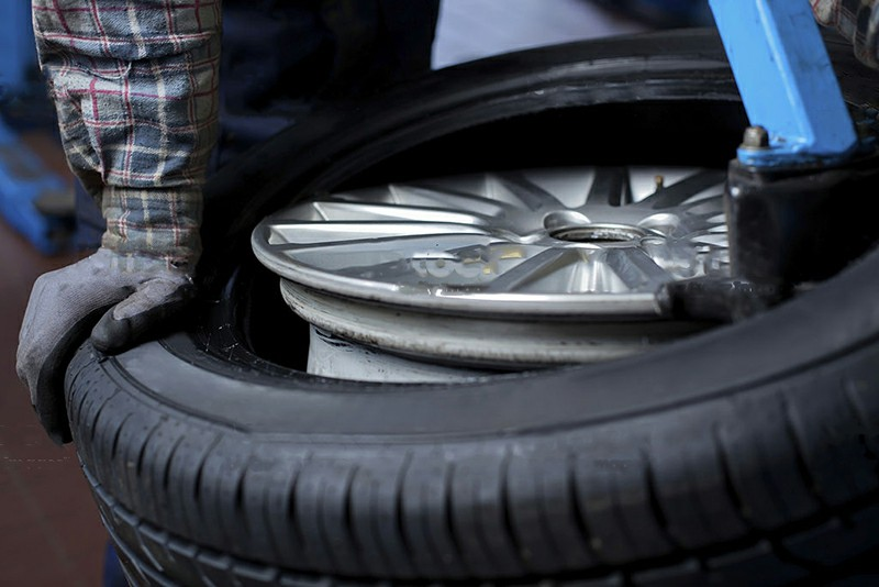 How to remove tire from rim